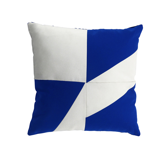 geometric cushion true blue/white